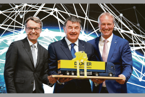 Auf der Transport Logistic 2019 (v.l.n.r.): Bernhard Simon, CEO von Dachser, Albert Johnston, Managing Director Johnston Logistics, und Michael Schilling, COO Road Logistics bei Dachser. Bild: Dachser