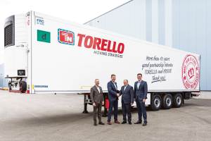 (v.l.) Stefano Savazzi, Director Sales bei Real Trailer, Andreas Völker, Krone Direktor International Sales, Antonio Torello, Chief Transport Officer der Torello Gruppe und Maximilian Hunfeld, Krone Area Sales Manager Bild: Krone