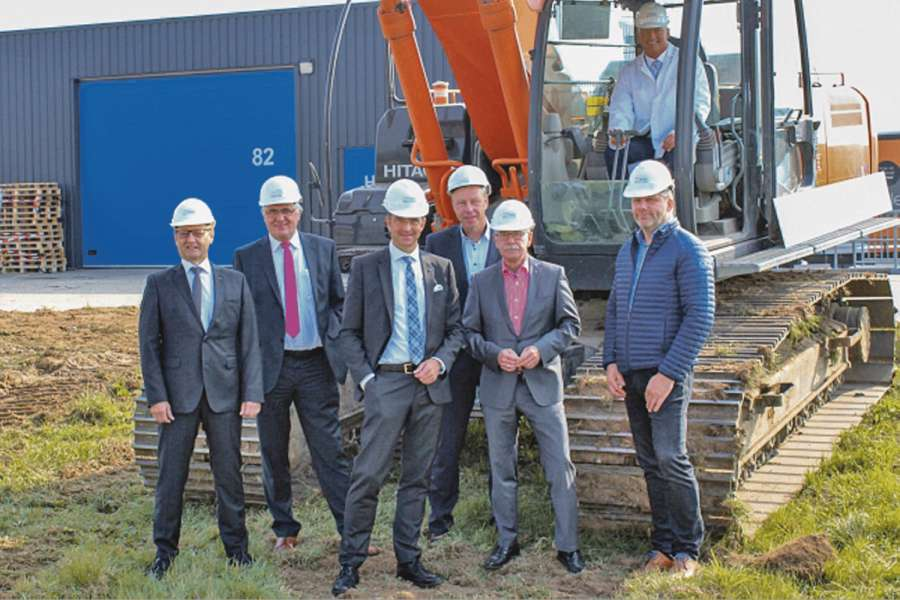 Auf der Baustelle: Wilfried Hesselmann, Hellmann Worldwide Logistics, Osnabrück, Arnold Schroven und Matthias Hohmann von Night Star Express, Stephan Meyer und Andreas Eversmann von Hellmann Worldwide Logistics, Osnabrück, Chris van der Weide, Night Star Express Hellmann, v.l. und Patrick Löwenthal von Night Star Express Hellmann, sitzend. Bild: Hellmann Worldwide Logistics