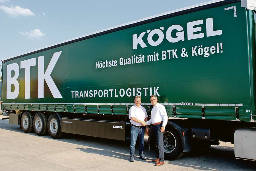 Bernhard Reichert, Geschäftsführer der BTK Befrachtungs- und Transportkontor GmbH, und Thomas Conseil, Key-Account-Manager bei Kögel, vor einem Kögel Lightplus im BTK-Design. Bild: Kögel