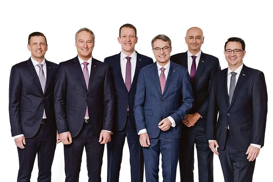 Das Dachser-Führungsteam (v.l.n.r.): Alexander Tonn, Managing Director European Logistics Germany (2021: COO Road Logistics), Michael Schilling, COO Road Logistics; Burkhard Eling, CFO (2021: CEO); Bernhard Simon, CEO; Edoardo Podestà, COO Air & Sea Logistics; Stefan Hohm, Corporate Director Corporate Solutions, Research & Development (2021: CDO). Bild: Dachser