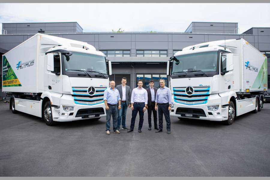 Bei der eActros-Übergabe in der Schweiz (v.l.n.r.): Josef Jäger, Direktor Camion Transport AG; Wolfgang Schaupp, Marketing Mercedes-Benz Trucks, Market Intelligence, Daimler AG; Marco Grob, Leiter Logistik Transport, Genossenschaft Migros Zürich; Dalibor Dudic, Program Management e-mobility Trucks, Daimler AG; Jürg Lüthi, CEO Mercedes-Benz Trucks Schweiz AG (Foto: Daimler AG)