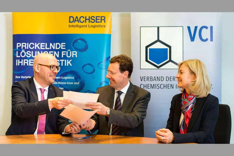 v.l.n.r.: Michael Kriegel (Department Head Dachser Chem-Logistics ), Johann-Peter Nickel (VCI) und Sabine Knirsch (VCI)