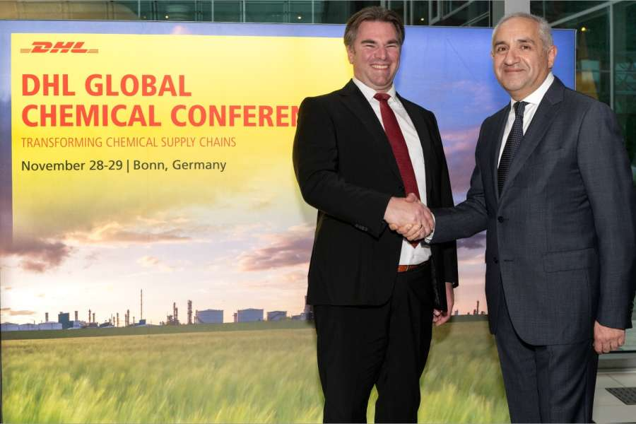 Felix Heger, VP, Head of Ocean Freight & China Rail Europe bei DHL Global Forwarding (l.) und Alim Saidov, Executive Vice President Oil, Gas and Chemicals, SGS. Foto: DHL