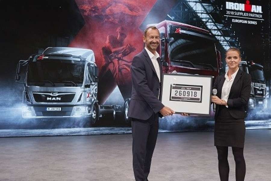 Offizielle Ankündigung der Kooperation auf der IAA Nutzfahrzeuge 2018: Björn Loose, Senior Vice President MAN Truck & Bus AG, Marketing und Brand, gemeinsam mit Jessica Craig, Direktor Partnership Management von Ironman. ( Foto: MAN)