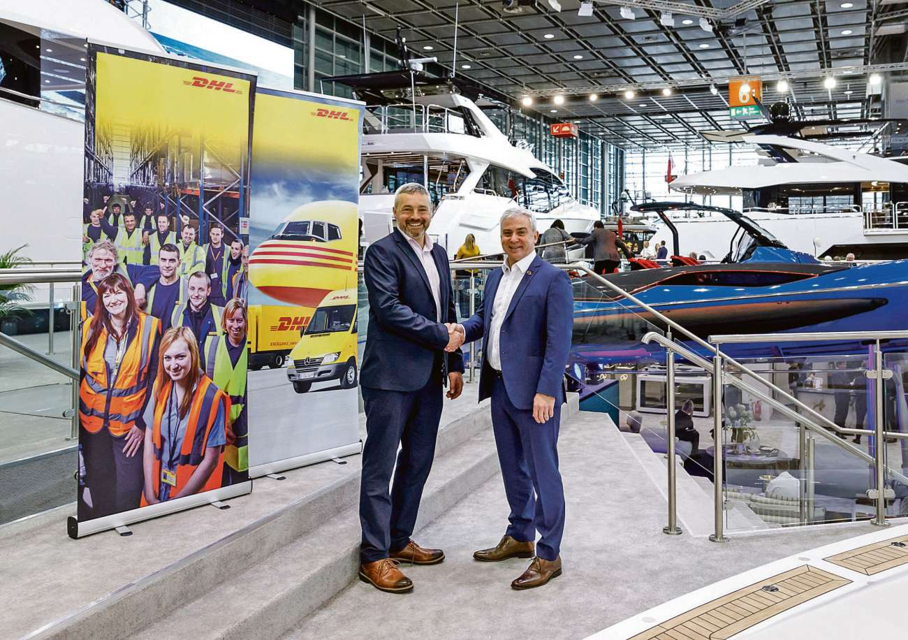 Michael Straughan, COO, Sunseeker International Ltd. (rechts) und Mike Bristow, MD, Manufacturing Logistics, DHL Supply Chain UKI, haben einen Vertrag für fünf Jahre unterzeichnet. Bild: Deutsche Post AG