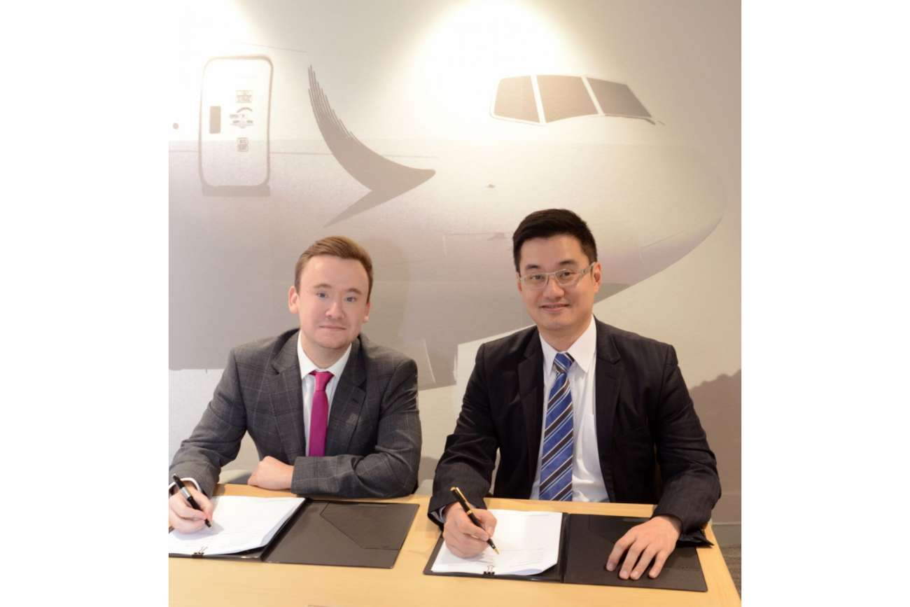 Will Staddon, Global Alliance Partner Manager bei va-Q-tec und Frosti Lau, General Manager Cargo Service Delivery bei Cathay Pacific unterzeichnen den Kooperationsvertrag Foto: va-Q-tec